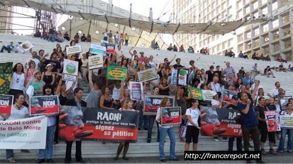 벨로몬테 댐 건설 반대를 위한 라데팡스 집회 현장 (2011년 8월20일) 2011년 8월20일 아마존에 건설될 대형 댐 벨로몬테의 건설을 저지하는 프랑스 시민들이 집회를 벌이고 있다. 라뎅팡스 광장은 벨로몬테 댐 건설에 파트너로 지정된 프랑스의 두 회사가 마주 보고 있는 중간 지점이다.