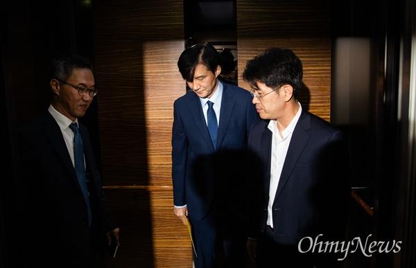 법무부 장관 후보자 조국 전 청와대 민정수석이 26일 오후 서울 종로구 인사청문회 준비 사무실이 마련된 사무실 로비에서 출근 중 입장 발표를 마치고 승강기를 타고 있다.