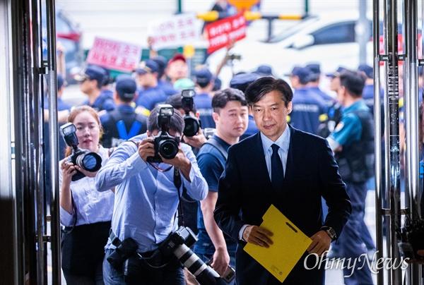 법무부 장관 후보자 조국 전 청와대 민정수석이 26일 오후 서울 종로구 인사청문회 준비 사무실이 마련된 사무실로 출근하고 있다.