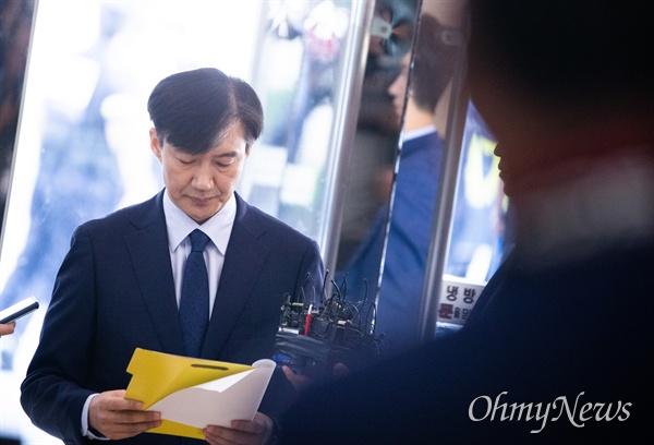 법무부 장관 후보자 조국 전 청와대 민정수석이 26일 오후 서울 종로구 인사청문회 준비 사무실이 마련된 사무실 로비에서 입장을 발표하고 있다.