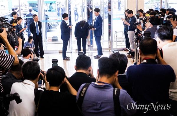 법무부 장관 후보자 조국 전 청와대 민정수석이 26일 오후 서울 종로구 인사청문회 준비 사무실이 마련된 사무실 로비에서 입장을 발표를 마치고 인사를 하고 있다.