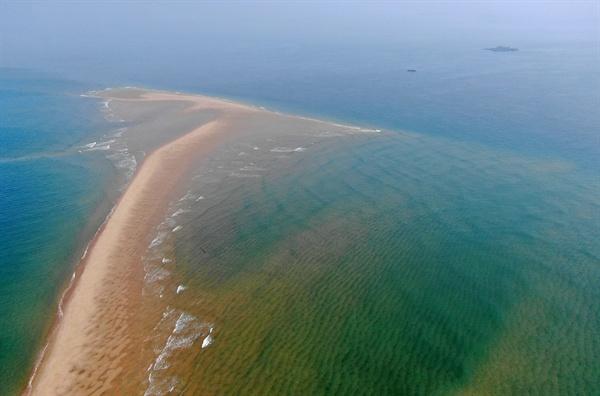 태안의 몰디브 '장안사퇴' 충남 태안군 원북면 학암포 앞바다에 대조기에만 나타나는 거대한 모래섬인 '장안사퇴'가 펼쳐져 이국적인 풍경을 자아내고 있다.