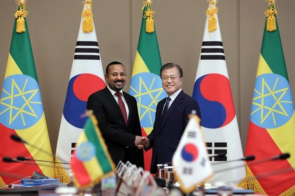 문재인 대통령과 아비 아흐메드 알리 에티오피아 총리가 26일 오후 청와대에서 정상회담 전 악수를 하고 있다.