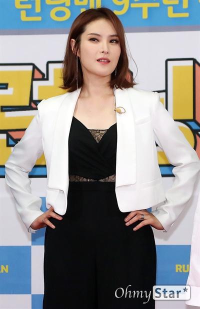 '런닝맨 9주년' 거미, 멋짐들고 달려! 가수 거미가 25일 오후 서울 대현동 이화여대에서 열린 SBS 예능 <런닝맨> 9주년 기념 팬 미팅 '런닝구' 포토월에서 포토타임을 갖고 있다.