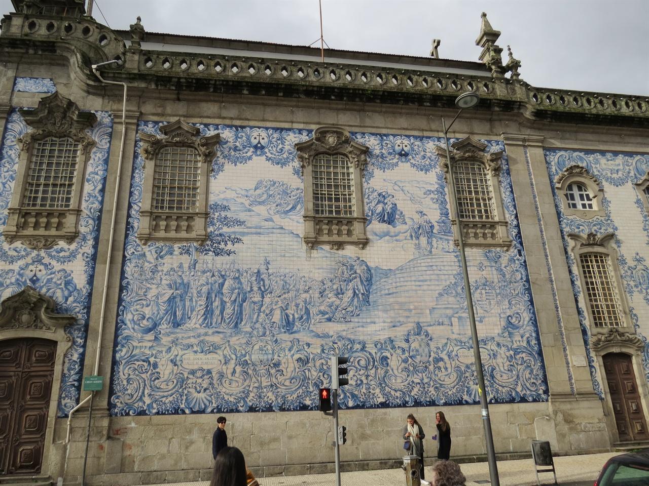 외벽을 아슐레흐로 장식한 포르투갈 성당