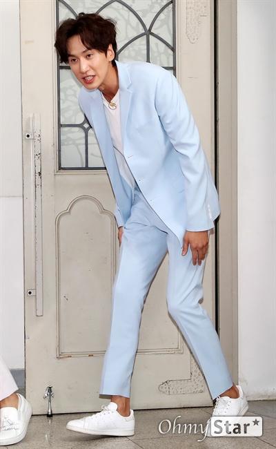 '런닝맨 9주년' 이광수, 런닝맨의 황태자 배우 이광수가 25일 오후 서울 대현동 이화여대에서 열린 SBS 예능 <런닝맨> 9주년 기념 팬 미팅 '런닝구' 포토월에서 포토타임을 갖고 있다.