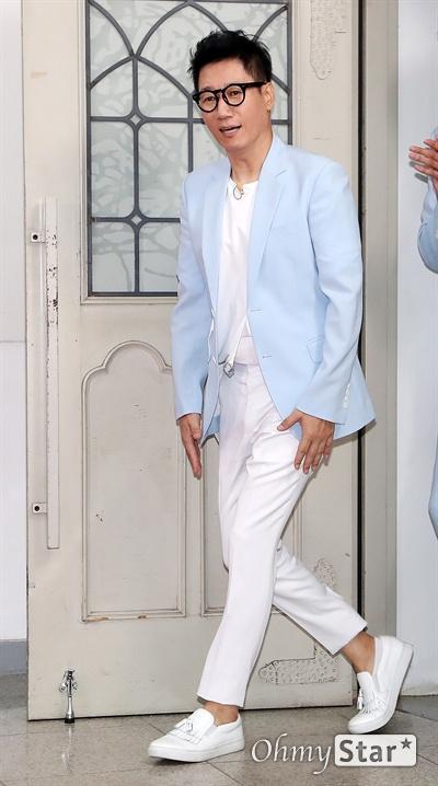 '런닝맨 9주년' 지석진, 런닝맨을 위한 남자 방송인 지석진이 25일 오후 서울 대현동 이화여대에서 열린 SBS 예능 <런닝맨> 9주년 기념 팬 미팅 '런닝구' 포토월에서 포토타임을 갖고 있다.