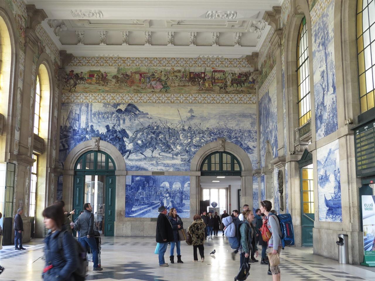 세상에서 가장 아름다운 기차역으로 중의 하나로 소문난 포르투 상벤투 역 안의 아슐레흐 장식