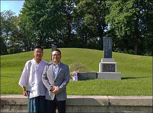 유기방, 유기수 씨  외할아버지 차리석 선생과 외할머니 강리성 여사가 합장되어 있는 무덤 앞에 선 유기수(왼쪽), 유기방 외손자