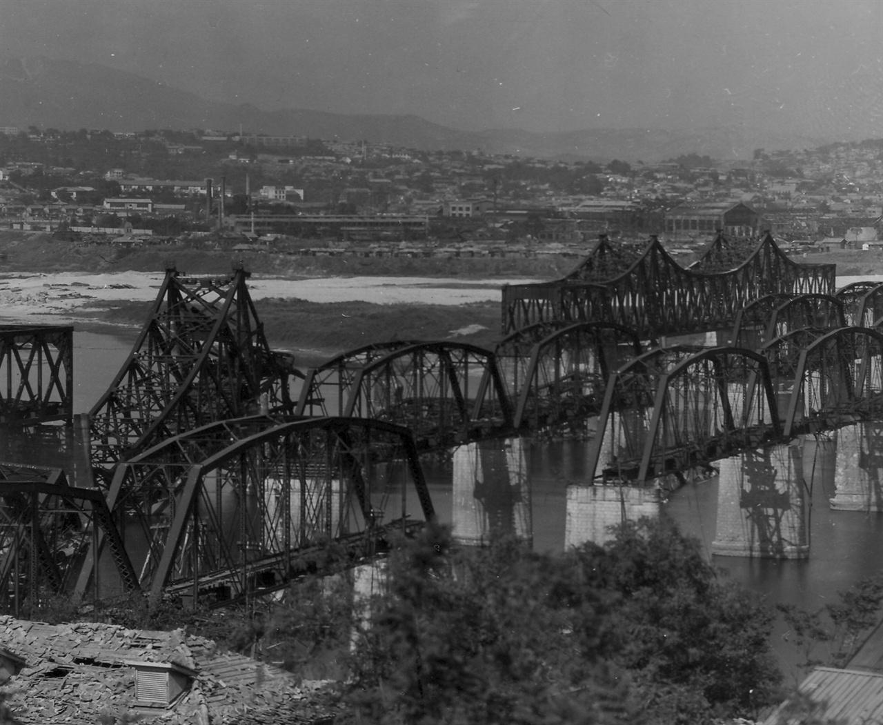 부서진 한강 철교와 인도교(1950. 9.).