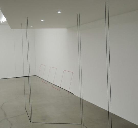 프레드 샌드백 I '무제(조각연구, Five-part Freestanding Piece)' 아크릴 흑실 1975-2015 상황특정적. 작품 안으로 들어갈 수 있다.
