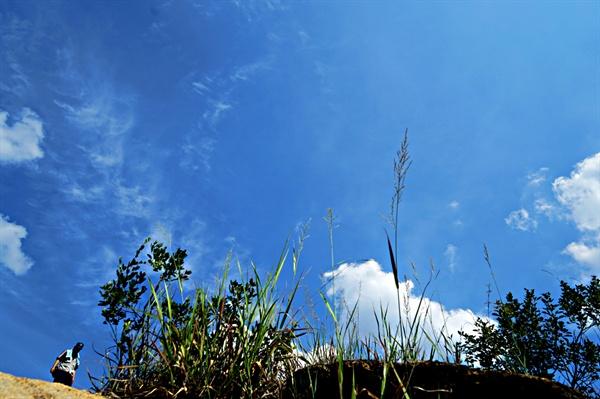 산을 오르며 땀은 흐르지만, 파란 하늘은 시원하다.