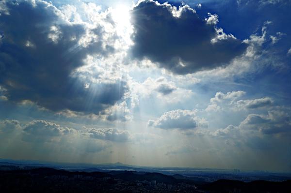 태양과 구름이 만나면 신비한 현상이 일어난다.
