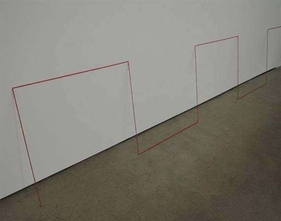 프레드 샌드백 I '무제(조각연구 Leaning construction)' 1974-2019, 아크릴 적실. 벽에 기대는 이 작품은 초기작 다음에 나온 것이다