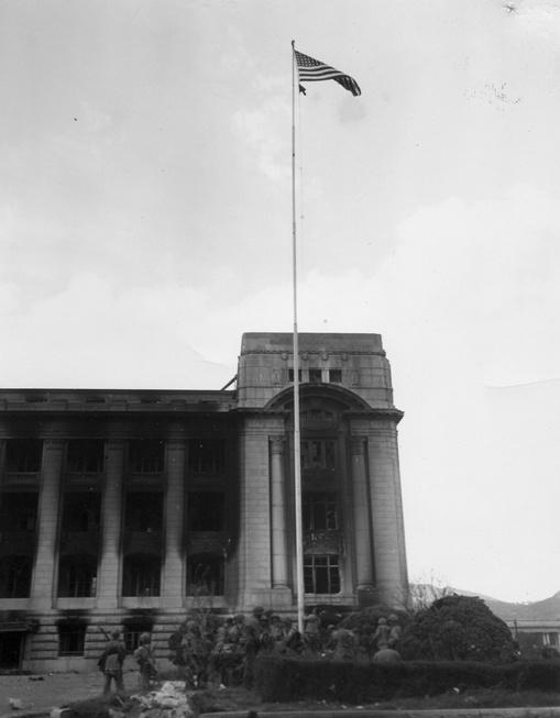 서울, 미 해병대가 중앙청 국기 게양대에 성조기를 올리고 있다(1950. 9. 27.).