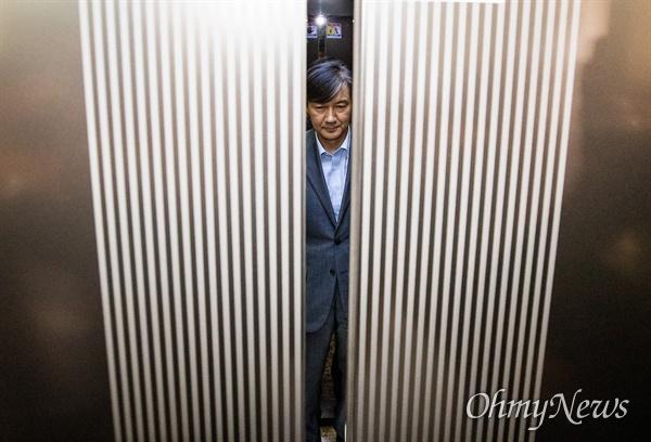 법무부 장관 후보자 조국 전 청와대 민정수석이 27일 오후 서울 종로구 인사청문회 준비 사무실이 마련된 사무실 로비에서 입장을 발표를 마치고 승강기를 탑승하고 있다.
