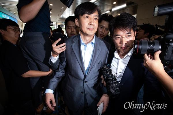 법무부 장관 후보자 조국 전 청와대 민정수석이 27일 오후 서울 종로구 인사청문회 준비 사무실이 마련된 건물로 들어서고 있다.