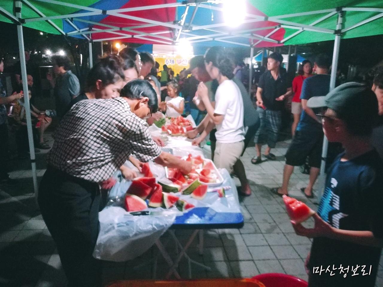 수박을 나눠 먹는 입주민분들