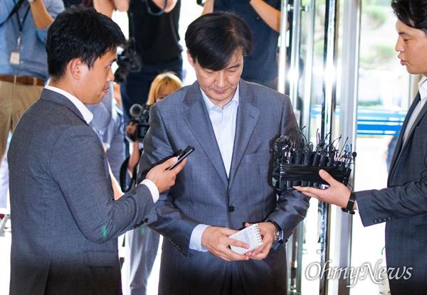 법무부 장관 후보자 조국 전 청와대 민정수석이 27일 오후 서울 종로구 인사청문회 준비 사무실이 마련된 건물로 들어서며 입장을 발표하고 있다.