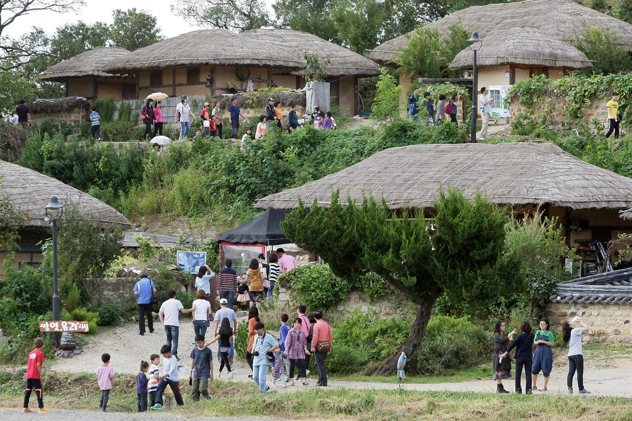 양동마을 언덕길을 오르는 관광객들.