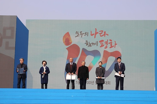 지난 3월 1일, 광화문에서 열린 3.1운동100주년 범국민대회에서 한일시민대표가 <한일시민사회 공동평화선언>을 발표하고 있다. 선언문의 핵심 내용은 '시빌 아시아를 위한 한일시민단체 간의 플랫폼 구축'이다