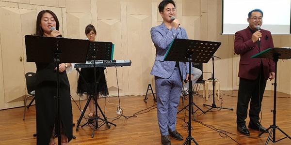 시와 음악의 만남  지난 25일 밤 8시, 전주시 완산구 효자동 서도프라자 10층 문화공간에서 진행된 제1회 전주詩창작가요제에서 시를 노래로 만든 작곡가와 가수들이 노래를 부르고 있다.