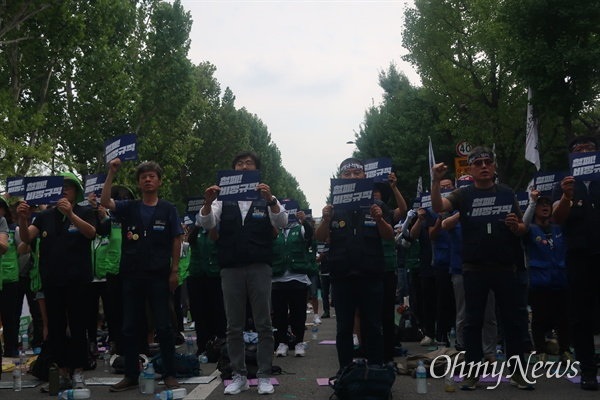 공공부문 비정규직 노동자들이 27일 오후 서울 종로구 청와대 사랑채 앞에서 '공공운수노조 비정규직 하반기 투쟁 선포 결의대회'에 참석했다.