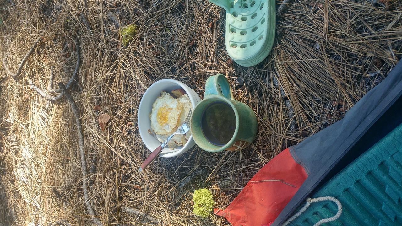 방랑자를 위한 호의 인근주민이 내 텐트로 아침에 커피와 계란후라이를 가져다 주었다.