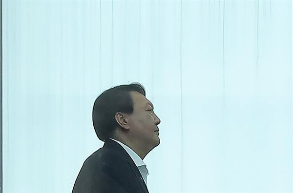 윤석열 검찰총장이 27일 오후 서울 서초구 대검청사에서 점심 식사를 마친 후 집무실로 돌아가고 있다. 2019.8.27