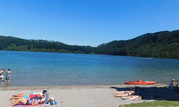 관광객으로 넘쳐나는 블루 레이크(Blue Lake)