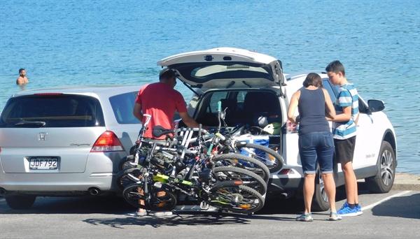 뉴질랜드 사람은 자전거를 유난히 좋아한다. 호수까지 자전거를 가지고 와서 즐긴다.