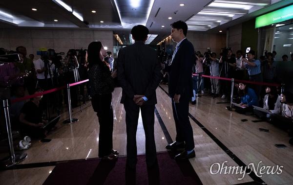 법무부 장관 후보자 조국 전 청와대 민정수석이 28일 오후 서울 종로구 인사청문회 준비 사무실이 마련된 건물로 들어서며 입장을 발표하고 있다.