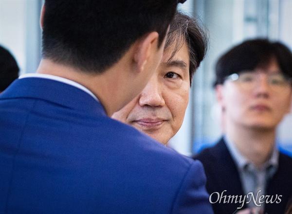 법무부 장관 후보자 조국 전 청와대 민정수석이 28일 오후 서울 종로구 인사청문회 준비 사무실이 마련된 건물로 들어서며 입장을 발표 후 기자의 질문을 듣고 있다.
