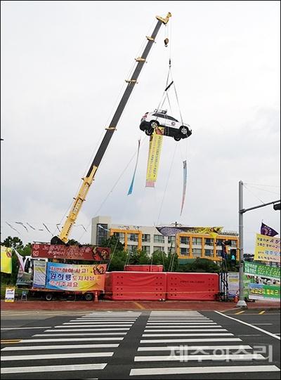 제주시 신광사거리에서 전국건설인노동조합 제주지역본부장 A씨(50)씨의 차량 고공시위가 벌어지고 있다.