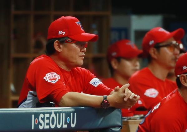 경기 지켜보는 KIA 박흥식 감독 대행(자료사진)