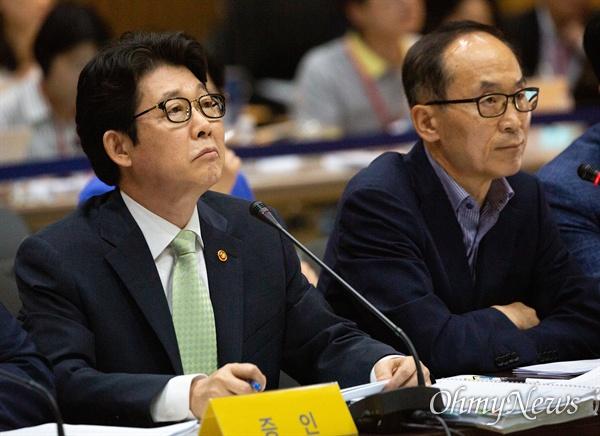 조명래 환경부장관이 28일 오후 서울시청에서 열린 가습기살균제참사 진상규명 청문회에 증인으로 출석하고 있다. 오른쪽은 윤성규 전 환경부 장관.