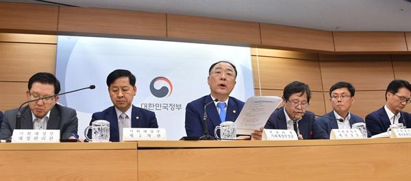 홍남기 경제부총리 겸 기획재정부 장관이 27일 기획재정부 세종청사에서 열린 2020년 예산안사전브리핑에서 발언하고 있다.