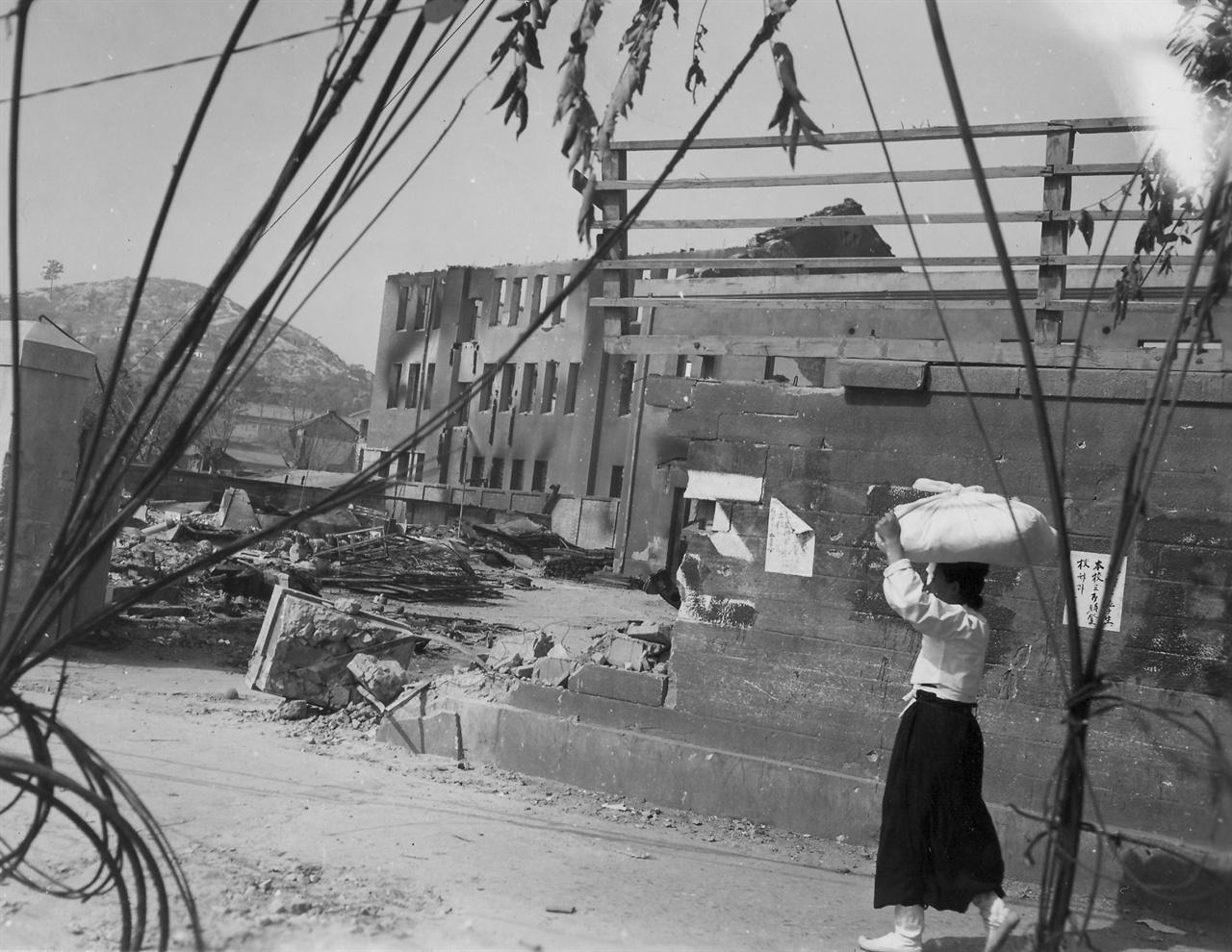 전란으로 폐허가 된 서울 거리(1950. 10. 6.).