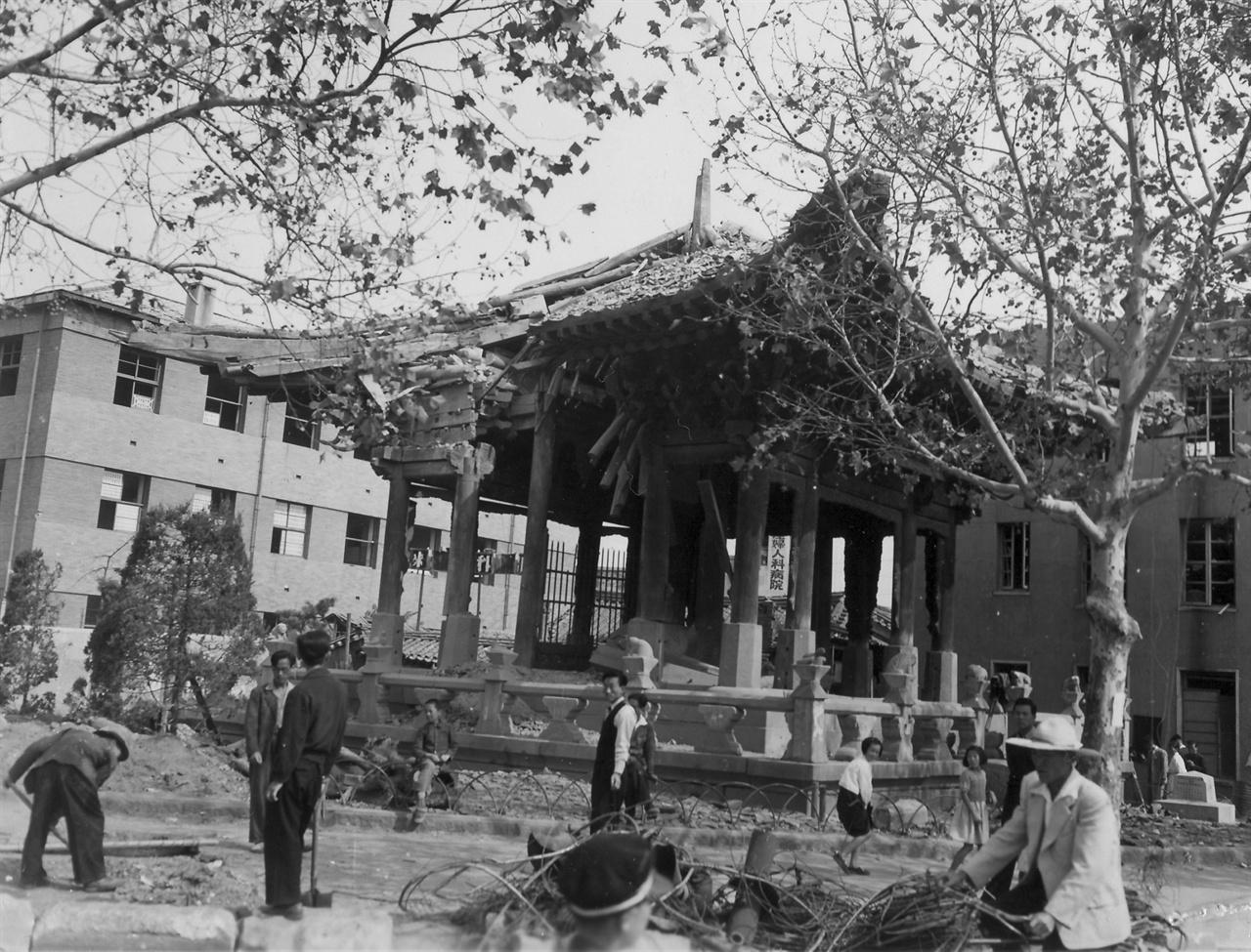 전란을 입은 종로 보신각(1950. 10. 6.)