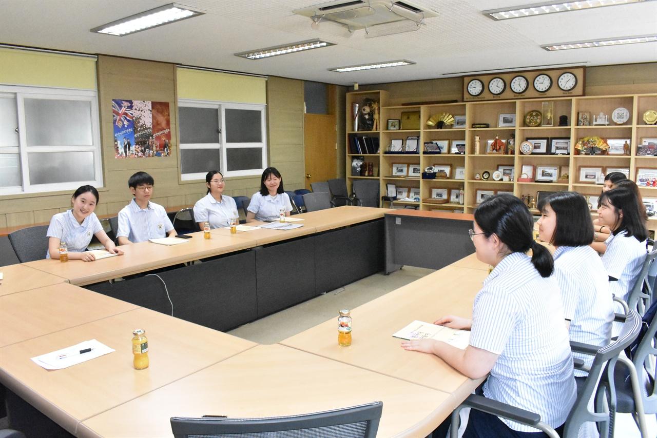 중도입국청소년을 위한 한국어교재를 만든 안양외고 학생들