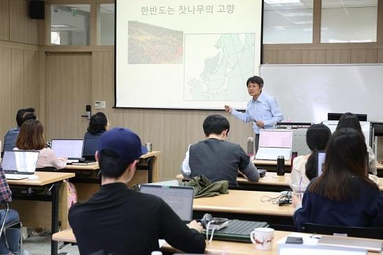 ▲ 세명대 저널리즘스쿨 학생들이 조홍섭 기자의 강의를 듣고 있다.