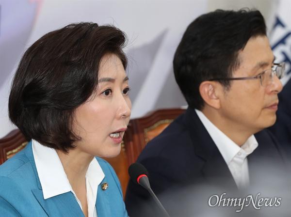 자유한국당 나경원 원내대표가 29일 오전 국회에서 열린 최고위원회의에서 모두발언을 하고 있다. 오른쪽은 황교안 대표.