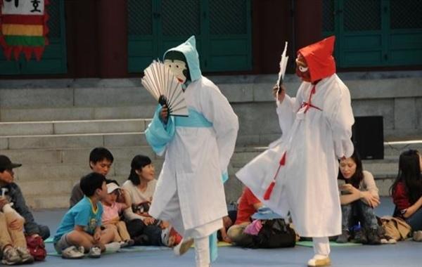 송파산대놀이 공연모습 석촌호수 옆 서울 놀이마당에서 공연되고 있는 송파산대놀이 공연모습입니다.