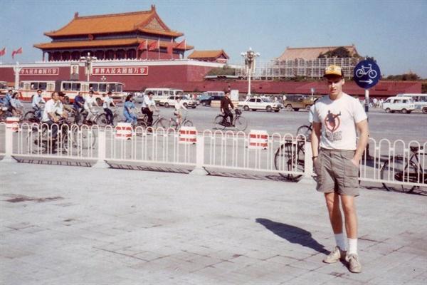 톈안먼 광장에 선 커크