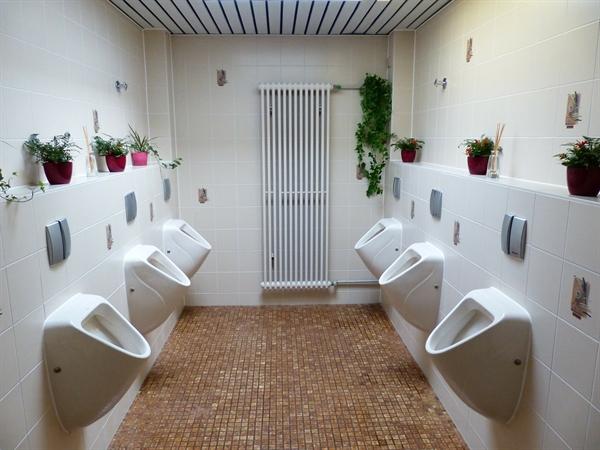 """그가 부임 후 처음 한 일은 '화장실 개조 운동'이었다. 학생들에게 """"화장실을 호텔화장실 만큼 깨끗하게 유지해주면 화장실에서 치킨파티를 열겠다""""고 약속했다."""
