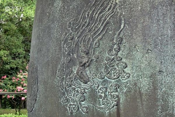 멋진 그림이 새겨져 있는 성덕대왕신종.