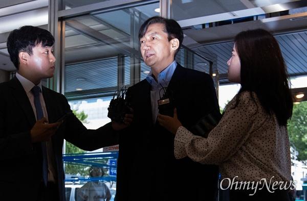 법무부 장관 후보자 조국 전 청와대 민정수석이 30일 오후 서울 종로구 인사청문회 준비 사무실이 마련된 건물로 들어서며 입장을 발표하고 있다.