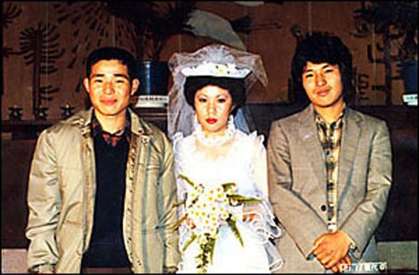 노진수씨 누나의 결혼식 사진. 사진의 제일 오른쪽이 노진수씨이다.