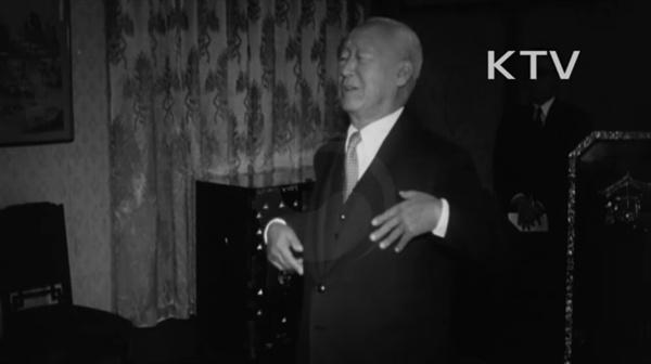 1948년 재일대한청년단을 예방한 자리에서 연설을 하고 있는 당시 이승만 대통령. 현직 대통령 신분으로 민간 단체인 대한청년단의 총재를 맡았다. 이후 대한청년단은 민간인 살해와 불법구금을 진두지휘하다 국민방위군 사건에까지 연루된다.