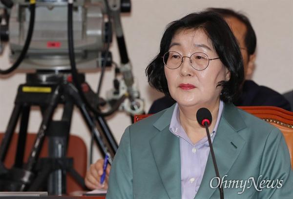 이정옥 여성가족부 장관 후보자가 30일 국회 여성가족위원회에서 열린 인사청문회에서 의원들의 질의에 답변하고 있다.